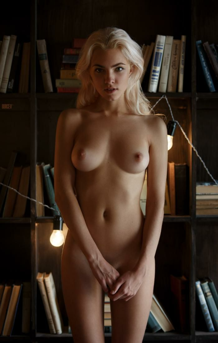 Cute Nude Blonde College Babe Picture